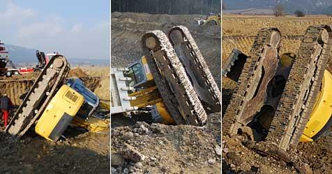 Bagger in Netting in Baugrube gestürzt - Fahrer verletzt (Bild: einsatzdoku.at)