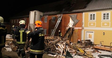 Dach von Ohlsdorfer Gasthaus bei Brand schwer beschädigt (Bild: Matthias Lauber)