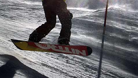 Snowboarder nach Unfall im Spital verstorben (Bild: dpa/Karl-Josef Hildenbrand)