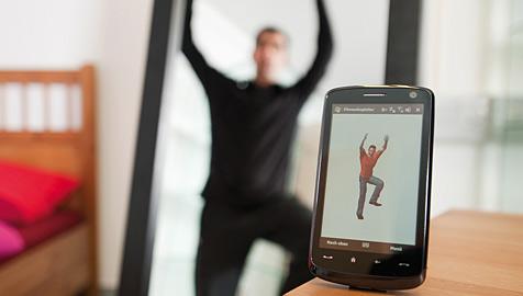 Elektronischer Fitnesstrainer regt zum Sporteln an (Bild: Fraunhofer IIS)