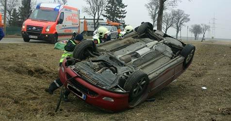 Auto überschlägt sich nach Crash mit Bus mehrmals (Bild: Stefan Kratzer/FF Vösendorf)