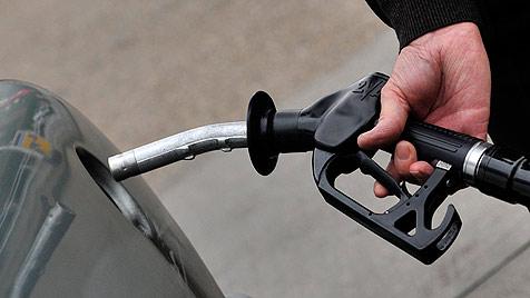 Treibstoff-Betrug im großen Stil: Acht Männer verhaftet (Bild: EPA)