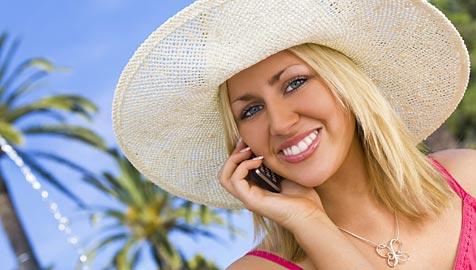 Handy im Urlaub: Telefonieren in EU ab Juli billiger (Bild: © 2011 Photos.com, a division of Getty Images)
