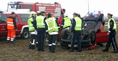 Noch angegurtete Frau nach Pkw-Überschlag  gerettet (Bild: Stefan Kratzer/Pressestelle Feuerwehr Vösendorf)