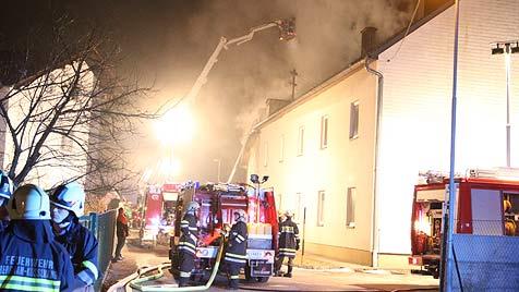 Feuer zerstört Mehrfamilienhaus in Stadl-Prauda (Bild: Matthias Lauber)
