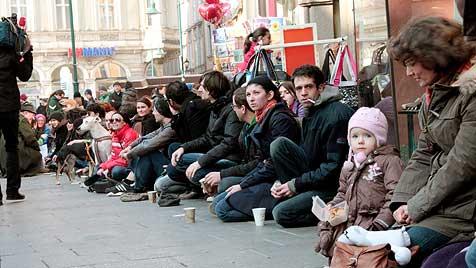 """Hunderte kamen zum """"1. Linzer Massenbetteln"""" (Bild: APA/ZOE* FOTOGRAFIE)"""