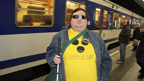 Blinder irrt durch Dorf, weil Zug nicht bei Station hält (Bild: Martin A. Jöchl)