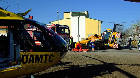 N�: Lkw-Ladekran st�rzt auf Auto und Arbeiter (Bild: �AMTC)