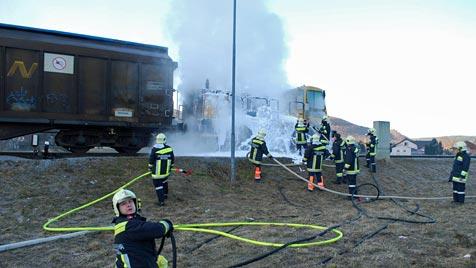 Zwei Brände lösen weithin sichtbare Rauchsäulen aus (Bild: Einsatzdoku.at)