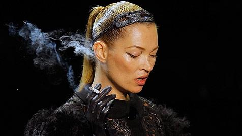 Kate Moss qualmt für Modelabel Louis Vuitton am Laufsteg