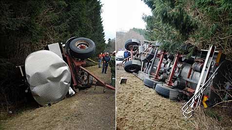 Milchtransporter bei Krumbach in Graben gestürzt (Bild: Einsatzdoku)