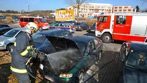 Polizeistreife löscht Autobrand auf Spitals-Parkplatz (Bild: Werner Kerschbaummayr)