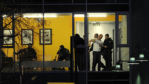 "Mutige Beamten: ""Retteten Geisel-Opfer instinktiv"" (Bild: APA/HERBERT P. OCZERET)"