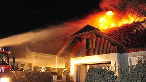 Feuer mitten in Siedlung - Familie verliert Zuhause (Bild: Foto Kerschi)