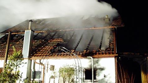 Vierköpfige Familie verliert durch Feuer ihr Haus (Bild: FF Frankenburg)