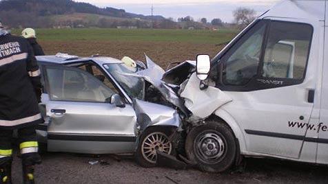 Acht Menschen bei drei Unfällen teils schwer verletzt (Bild: FF Mettmach)