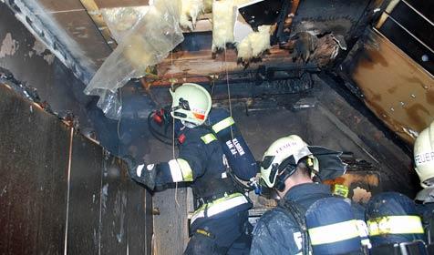 Von Feuerwehrball zu Dachstuhlbrand beordert (Bild: Einsatzdoku.at)
