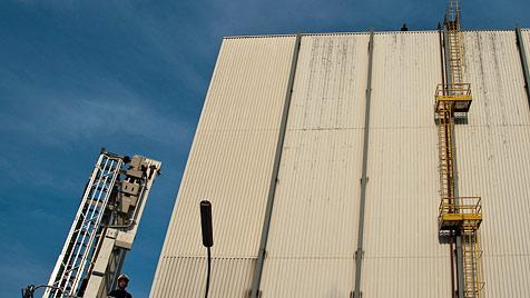Lebensmüde bewirft Helfer aus 30 Metern Höhe (Bild: BAUER Pressefotografie)