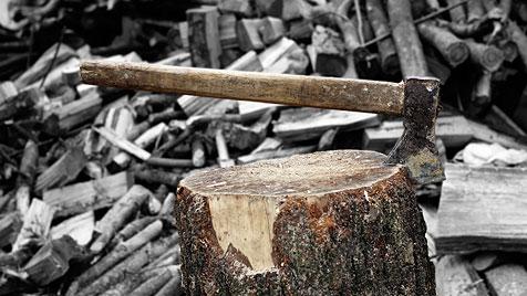 Linzer schlitzt sich beim Holzarbeiten Halsschlagader auf (Bild: © 2011 Photos.com, a division of Getty Images)