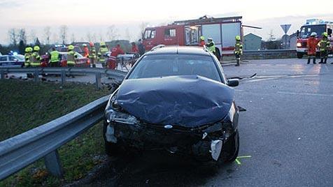 Junger Alkolenker verursacht Crash in Perg - vier Verletzte (Bild: FF Perg)