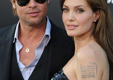 Trägt Angelina Jolie Brads Geburtsort am linken Oberarm?