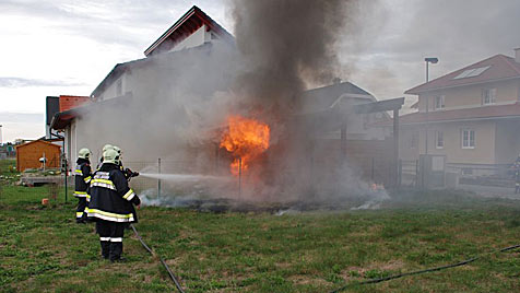 Elfjähriger steckt mit Streichholz Carport in Brand (Bild: Thomas Lenger)