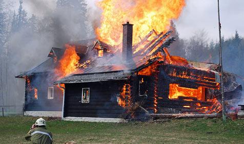Schutzhüttenbrand in Reichenau sorgt für Mega-Schaden (Bild: Einsatzdoku.at)