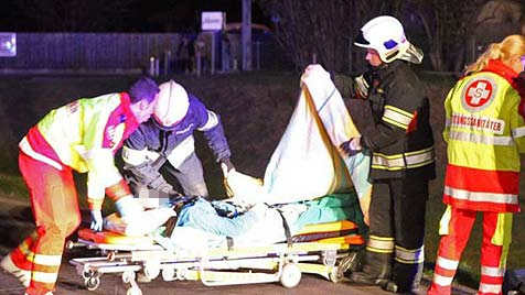 19-Jährige zu schnell unterwegs - Pkw flog 20 Meter (Bild: FF Alkoven / Kollinger)
