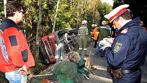 Lkw stürzte im Bezirk Melk in den  Straßengraben (Bild: Franz Crepaz)