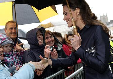Überschlanke Kate Middleton macht Briten Sorgen (Bild: AFP)