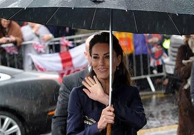 Zehntausende wurden für Prinzenpaar nass (Bild: AFP)