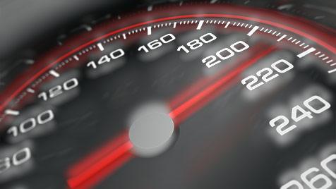 PS-Monster im Bgld: Pkw mit 281 km/h auf B57 geblitzt (Bild: Photos.com/Getty Images, krone.at-Grafik)
