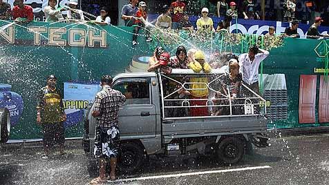 3.471 bespritzen sich in Thailand mit Wasserpistolen (Bild: EPA)