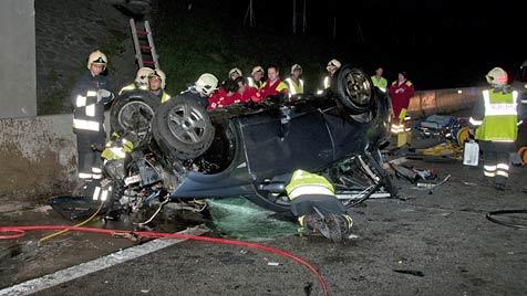 19-Jährige fliegt auf A2 mit Auto gegen Brücke: Sofort tot (Bild: BAUER-Pressefotografie)