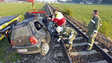 Auto wird 200 Meter mitgerissen - Frau schwer verletzt (Bild: Markus Tschepp)