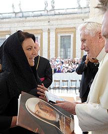 Christine Neubauer bei Generalaudienz des Papstes (Bild: AP)