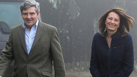 Kate Middletons Eltern zum ersten Mal bei der Queen (Bild: AP)