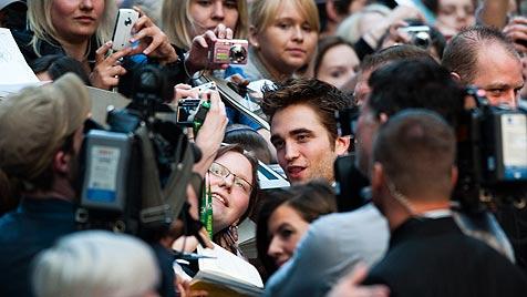 Christoph Waltz badet im Rummel um Rob Pattinson (Bild: AP)