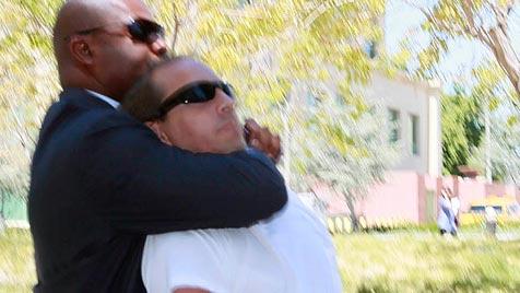 Irrer Stalker greift Hiltons Lover vor Gerichtsgebäude an (Bild: AP)