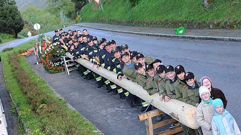 Feuerwehr stellt 30 Meter hohen Maibaum auf (Bild: Werner Kerschbaummayr)