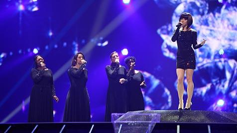 Nadine Beiler performt als Kristallkönigin (Bild: ORF/Milenko Badzic)