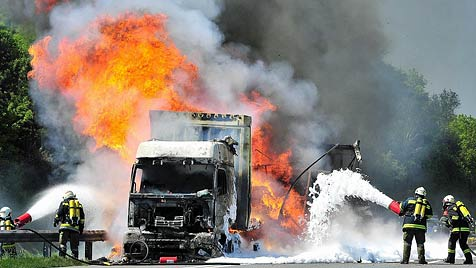Spektakulärer Lkw-Brand auf der A1 im Bezirk Melk (Bild: APA/PAUL PLUTSCH)