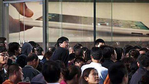 Chaos und Verletzte beim Run auf das iPad 2 in Peking (Bild: AP)