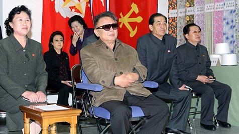 Nordkoreas Kim Jong Il inspiziert in Kleiderfabrik BHs (Bild: AP)