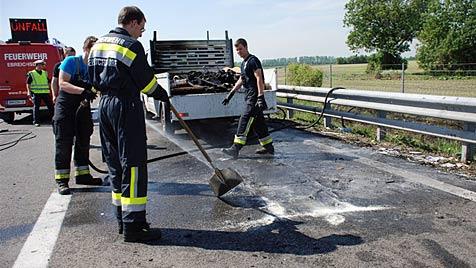 Florianis löschen auf A3 brennende Duschkabine (Bild: Thomas Lenger)