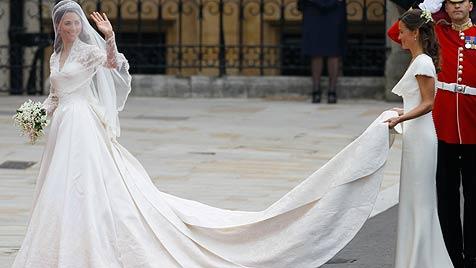 Hochzeitskleid wird im Buckingham-Palast ausgestellt (Bild: AP)