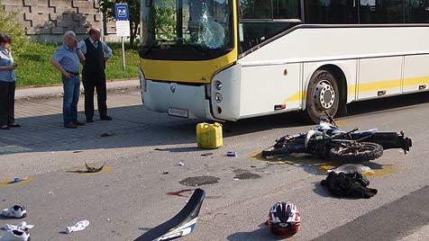 Moped kracht gegen Bus - zwei Burschen schwer verletzt (Bild: FF Gunskirchen)