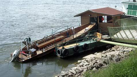 Fährboot auf Donau von Schweizer Schiff gerammt (Bild: Andi Schiel)