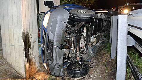 Fahrer nach Crash mit Brückenpfeiler unverletzt (Bild: Einsatzdoku.at)