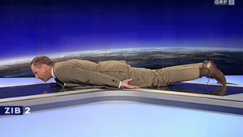 """Playmate überredet 85-jährigen Hefner nur zum  """"Planking"""" (Bild: ORF)"""